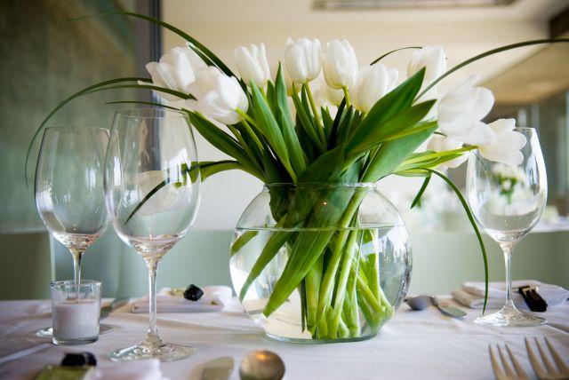 Фото вазы с цветами на столе